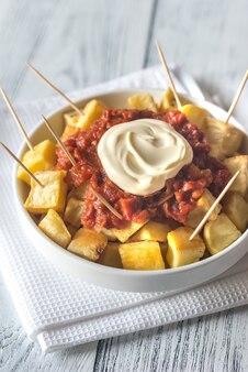 Portie patatas bravas met sauzen
