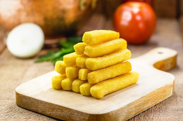 Portie polenta, gebakken stokjes typisch voor brazilië, gemaakt van maïs