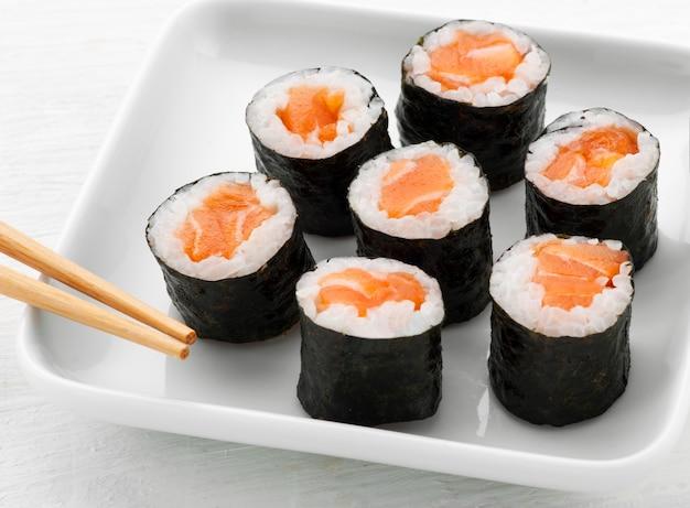 Portie van zeven hosomaki zalmsushi
