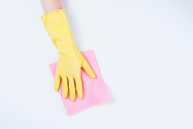 Portier het schoonmaken met stofdoek op witte achtergrond