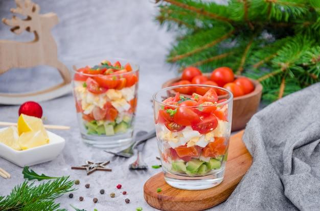 Portiesalade met gerookte zalm, avocado, ei, cherrytomaten met roomkaasdressing in een glas