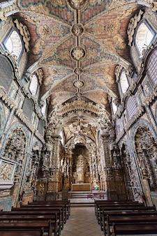 Porto, portugal - juli 01: igreja de santa clara interieur op 01 juli 2014 in porto, portugal
