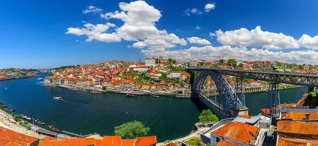 Porto, portugal. panoramisch uitzicht op het centrum van porto, portugal met dom luis i brug over de rivier de douro