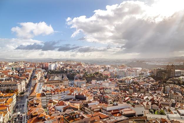 Porto stad van bovenaf gezien. zonnestraal tussen wolken en blauwe lucht.