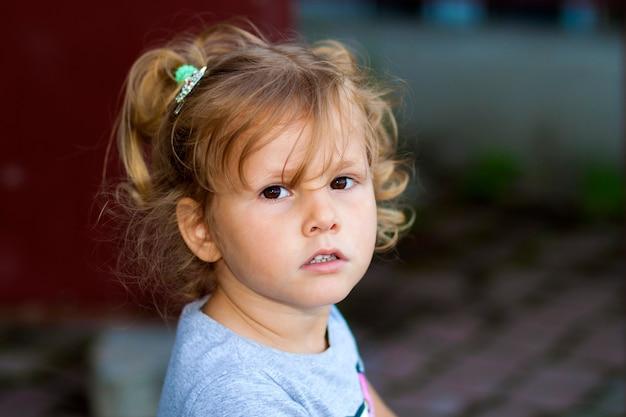 Portrain van een klein meisje met modieus kapsel