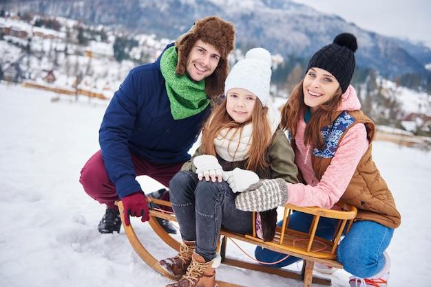 Portrait van familie die de winterkleren draagt