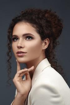 Portraite van krullende schoonheidsbrunette.