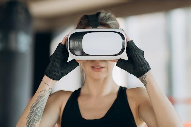 Portret aantrekkelijke vrouw boksen in vr 360 headset training voor schoppen in virtual reality