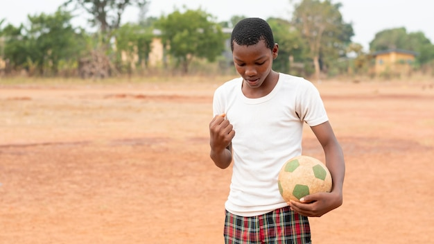 Portret afrikaans kind met voetbalbal