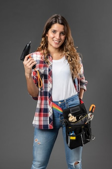 Portret ambachtelijke vrouw met gereedschap