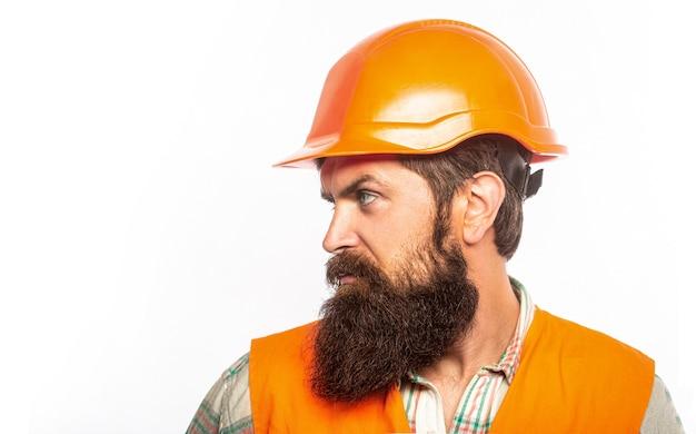 Portret architect bouwer, burgerlijk ingenieur werken. bebaarde man werknemer met baard bij het bouwen van helm of harde hoed.