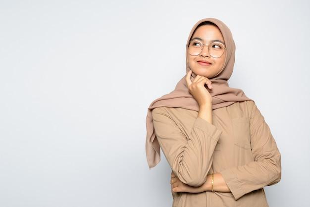 Portret aziatisch meisje dat hijab draagt