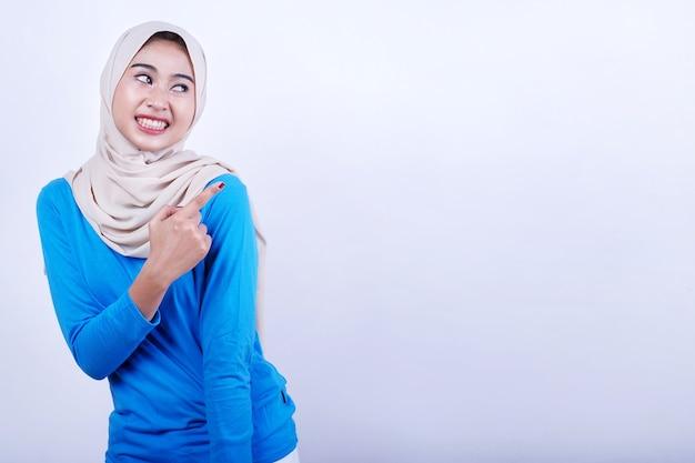 Portret aziatische jonge vrouw rechts met wijsvinger