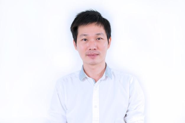 Portret aziatische man in wit overhemd