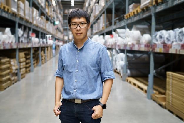 Portret aziatische mannen, personeel, producttelling magazijnbeheerder staand,