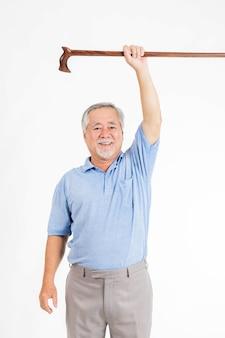 Portret aziatische senior man, oude man, voel me gelukkig goede gezondheid met een wandelstok geïsoleerd op een witte achtergrond - lifestyle senior mannelijke concept