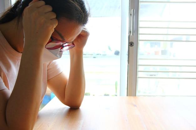 Portret aziatische vrouw legde haar handen op het hoofd in een depressief moment