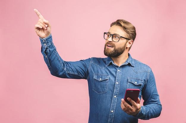 Portret bebaarde man met behulp van telefoon