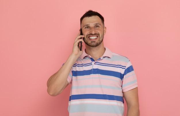 Portret bebaarde man praten aan de telefoon