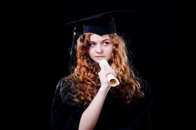 Portret close-up. europese mooie smiley afgestudeerde afgestudeerde student meisje jonge vrouw in cap