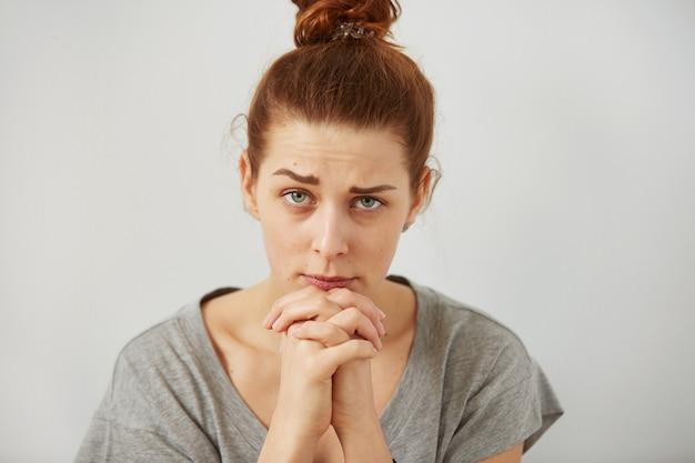 Portret close-up grappig verward sceptisch vrouw meisje vrouwelijke denken