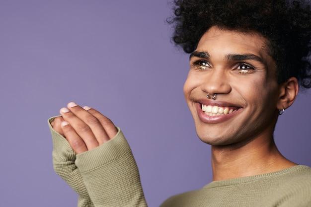 Portret close-up van jonge transgender man glimlach sensuele man met zwart haar in casual tshirt