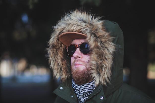 Portret close-up van stijlvolle jongeman