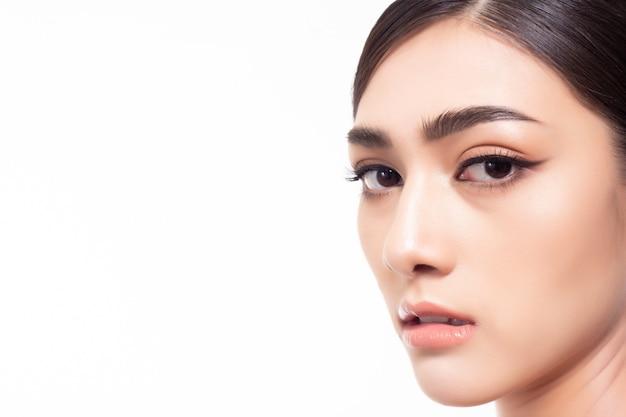 Portret dat mooi vrouwengezicht charmeert