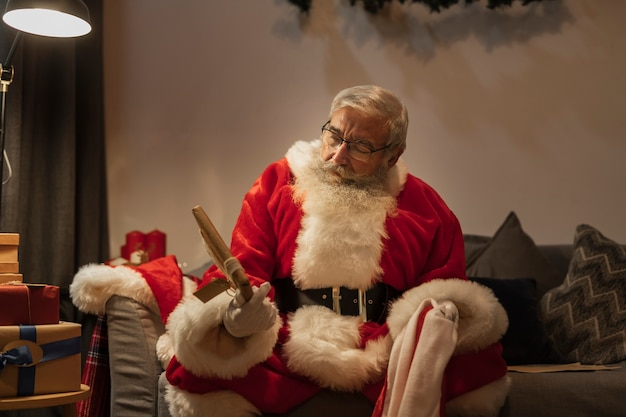 Portret dat van de kerstman een heden houdt