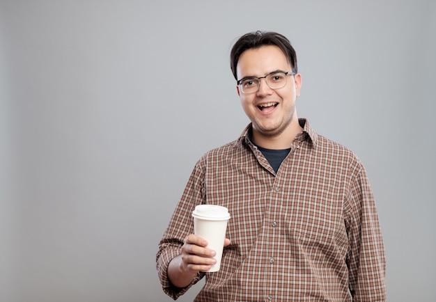 Portret dat van de mens een kop van koffie houdt