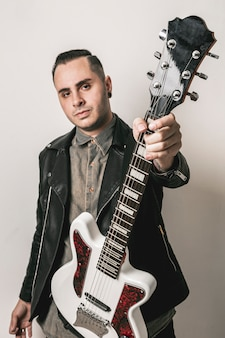 Portret dat van de mens elektrische gitaar toont