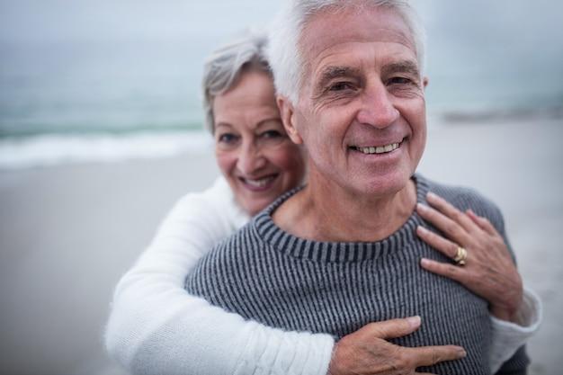 Portret dat van gelukkig hoger paar elkaar omhelst