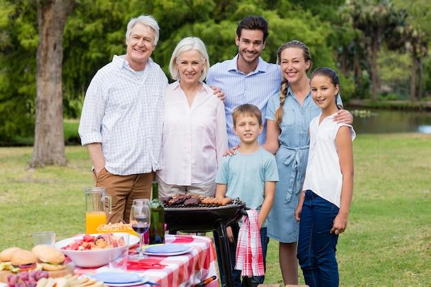 Portret dat van gelukkige familie zich verenigt