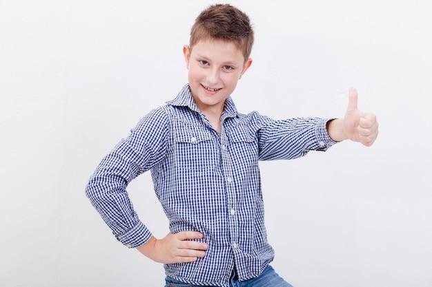 Portret dat van gelukkige jongen duim op gebaar toont