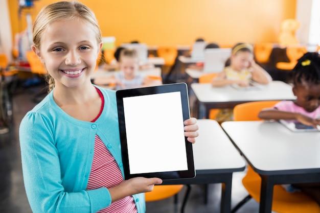 Portret dat van glimlachende leerling zich met tabletpc bevindt