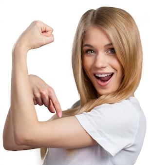 Portret dat van grappige vrouw haar spieren toont