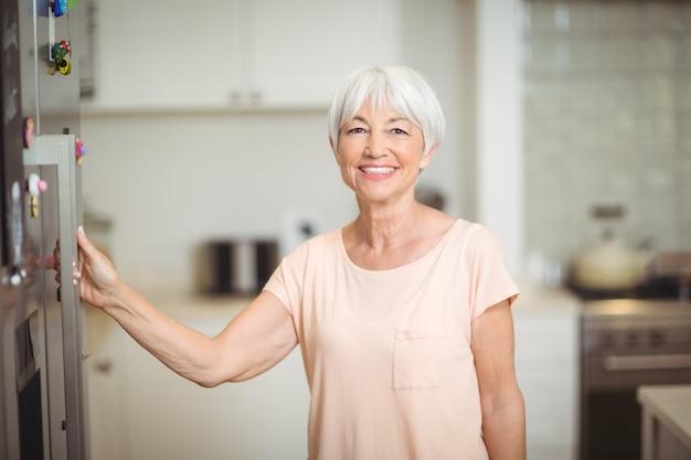 Portret dat van hogere vrouw zich in keuken bevindt