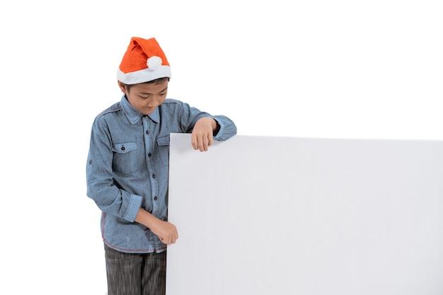 Portret dat van jong geitje met kerstmanhoed leeg raad houdt
