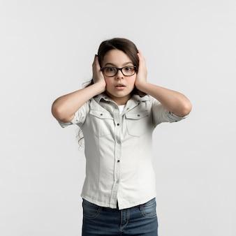 Portret dat van jong meisje haar oren behandelt