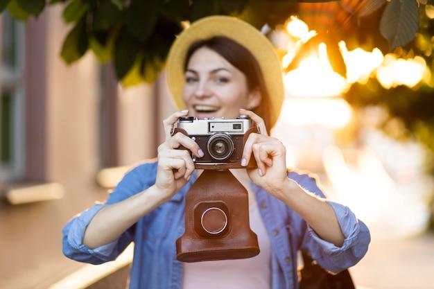 Portret dat van jonge vrouw beelden op vakantie neemt