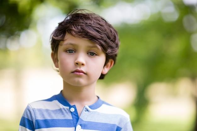 Portret dat van jongen zich in park bevindt
