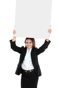 Portret dat van mooie onderneemster lege affiche over haar hoofd houdt