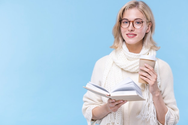 Portret dat van mooie vrouw een boek houdt