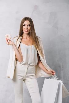 Portret dat van mooie vrouw een doughnut houdt
