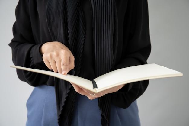 Portret dat van moslimstudent een boek houdt