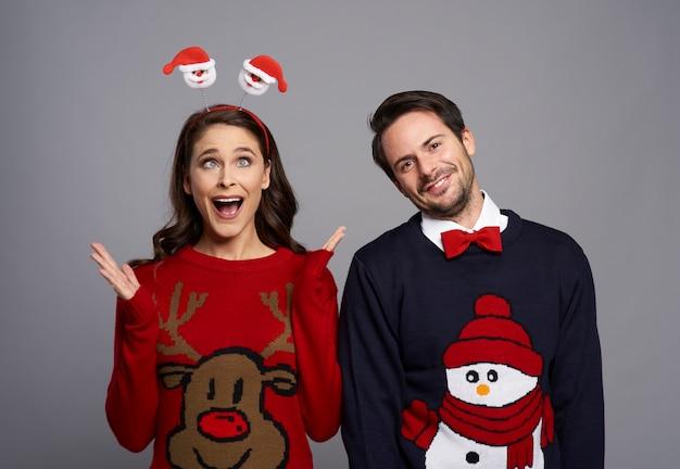 Portret dat van nerdpaar grappig gezicht maakt