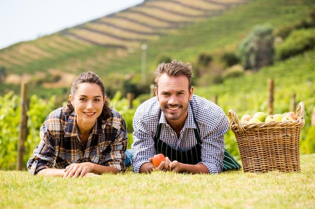 Portret dat van paar bij wijngaard ligt