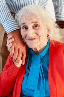 Portret dat van rijpe vrouw man hand houdt