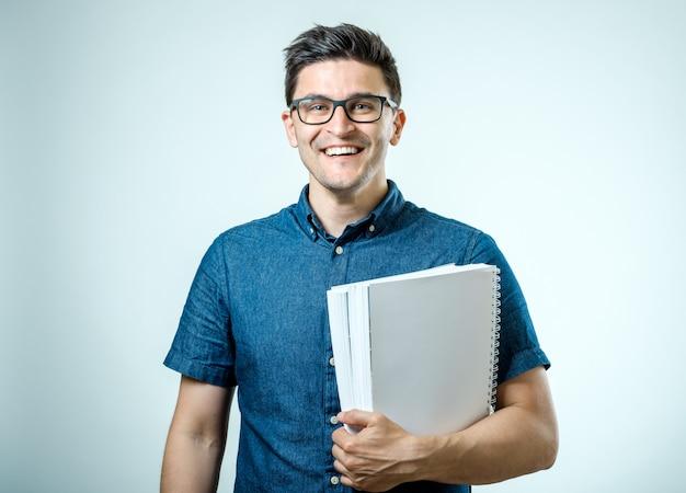 Portret dat van student zich met boeken bevindt