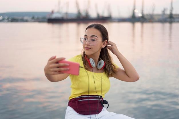Portret dat van tiener een selfie neemt
